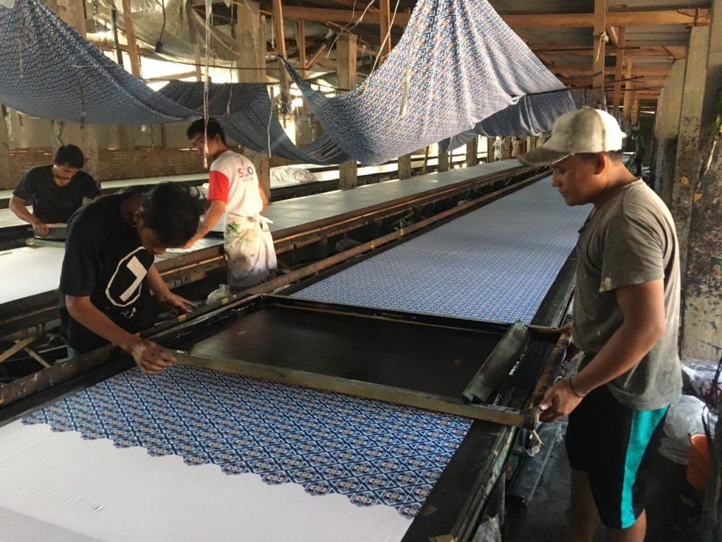Suasana Kegaiatan Produksi Pabrik Batik Handprinting