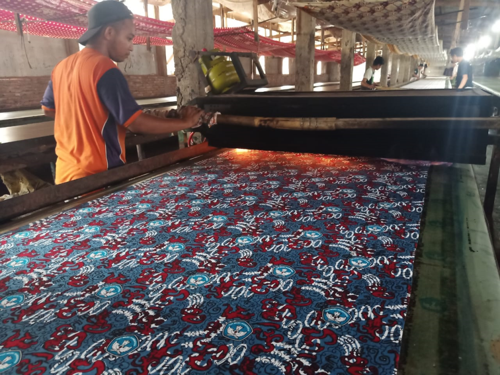 Proses Produksi Kemeja Batik Printing